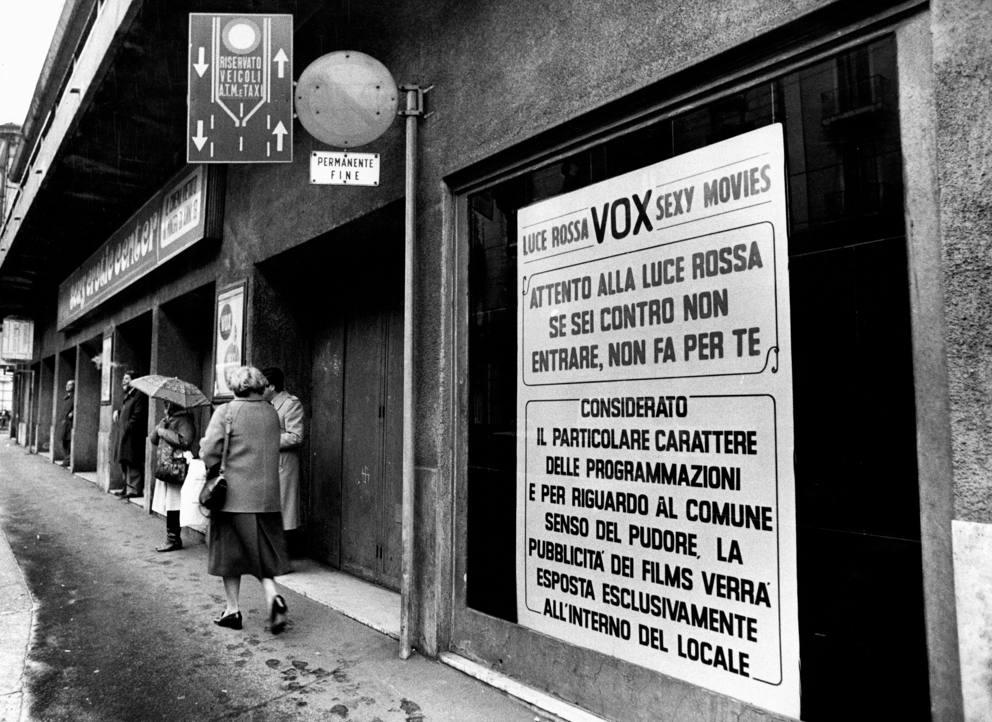 Il cinema vox di via farini un istituzione tra le sale hard milanesi enormi cartelli - Le porno dive ...