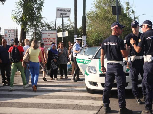 Blitz in piazzale cuoco sgomberato il maxi mercato della for Mercato domenica milano