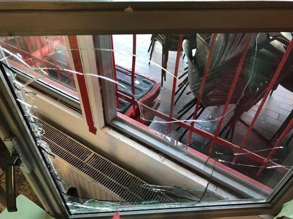 Milano raid vandalico all istituto pedagogico della resistenza fiano stanno rialzando la - La finestra rotta ...