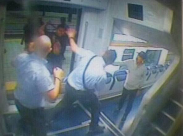 Violenza sui treni, poliziotto aggredito e picchiato dal 'branco'