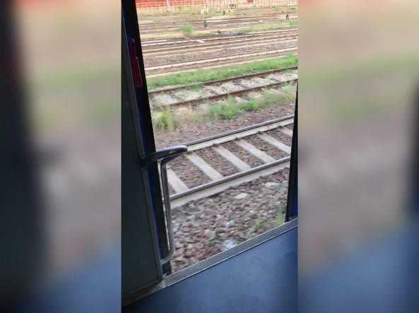 Treni, Lecco-Milano in viaggio con le porte aperte: il Codacons annuncia azioni