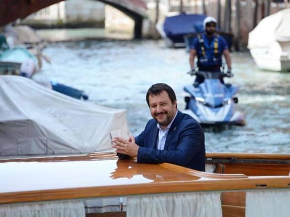 Scritta contro Salvini sull'ingresso della sede della Lega: la denuncia di Calenda