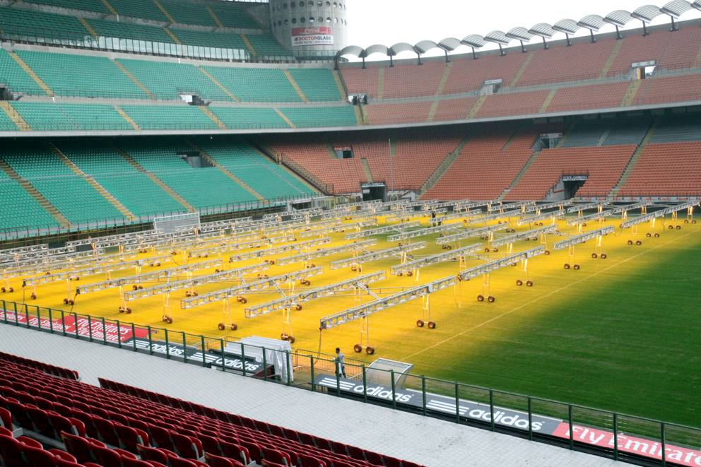Illuminazione supplementare al prato dello stadio Meazza a Milano.