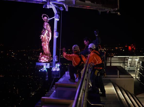 Isozaki Kulesine yerleştirilen en sonki Madonnina heykeli