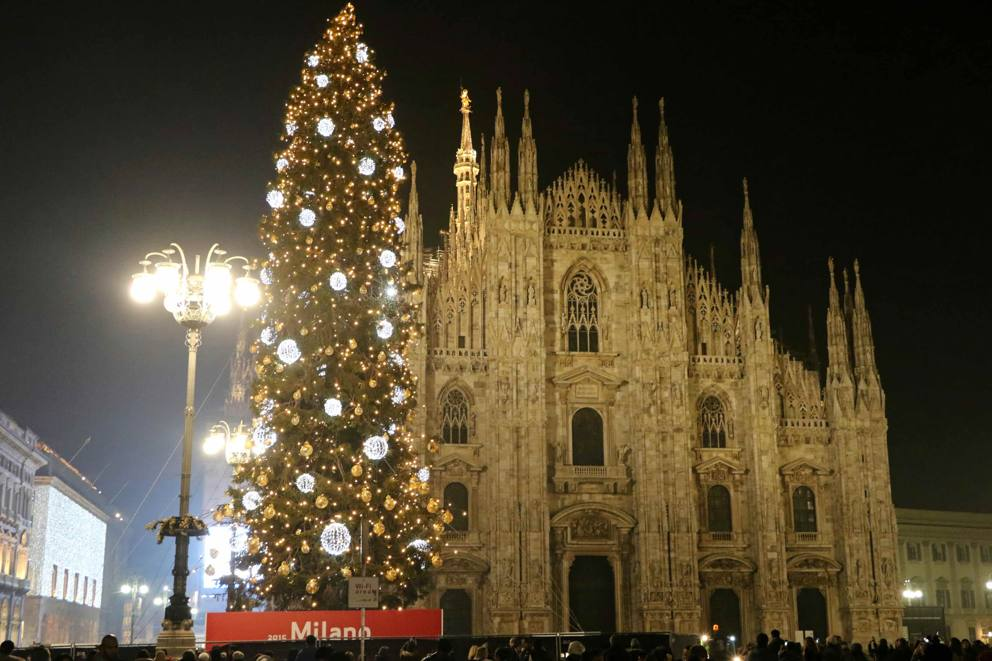 Albero Di Natale Milano.Piazza Duomo Acceso L Albero Di Natale Corriere It
