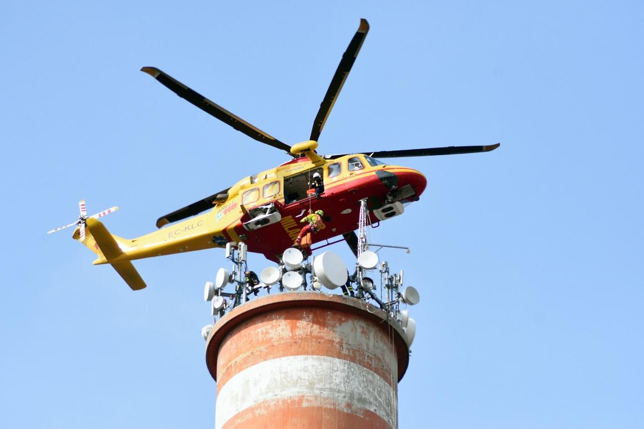Elicottero Milano : Operaio ferito a 110 metri daltezza salvato dallelicottero