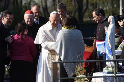 Il papa a san siro parla ai bimbi di bullismo non fatelo - Papa bagno chimico ...