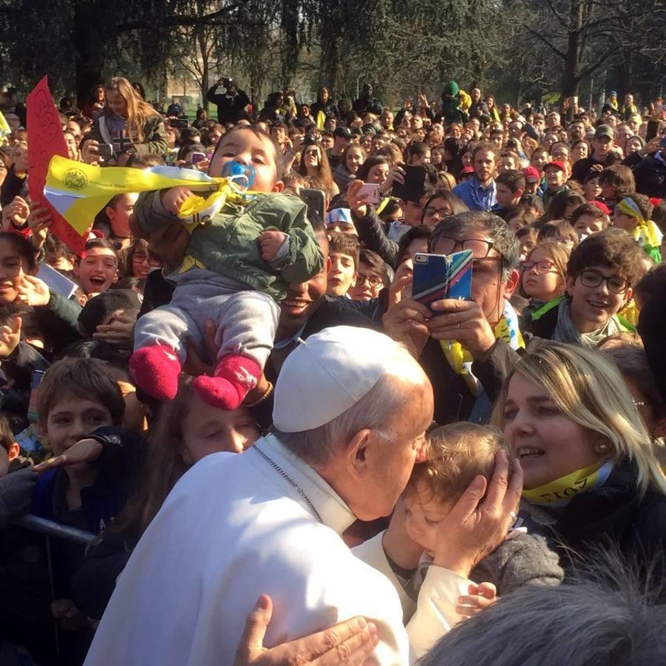 Il bagno chimico la foto con i carabinieri e i detenuti - Papa bagno chimico ...
