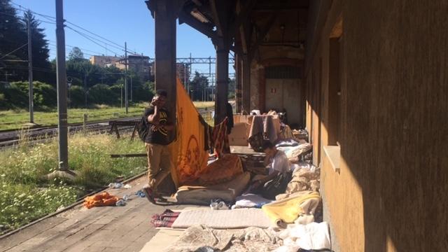 Varese, decine di migranti accampati lungo il binario «morto ...