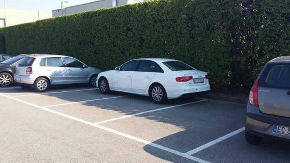 Le auto svizzere parcheggiate in divieto di sosta - Corriere.it