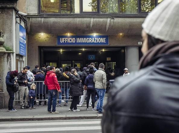 Milano, permessi di soggiorno in cambio di soldi e regali. La banda ...
