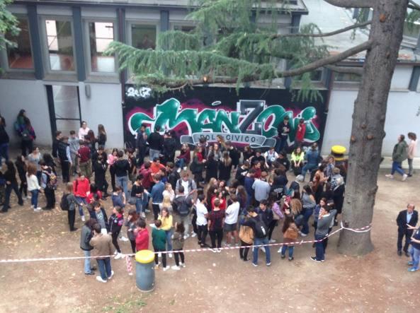 Milano, una zona fumatori al liceo: «Il divieto non ...