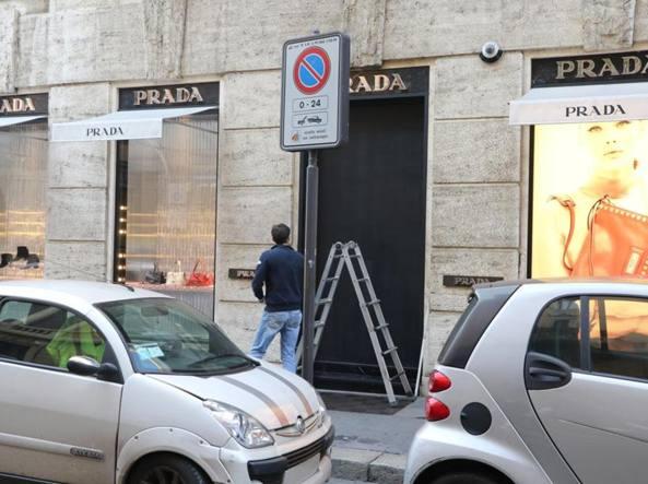 Milano, via della Spiga: le vetrine di Prada svaligiate con le ...
