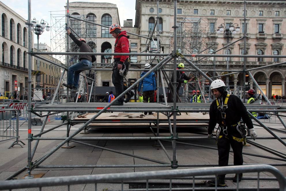 Milano, prende forma il palco del concertone di Capodanno ...