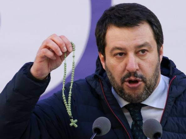 Risultati immagini per salvini con la corona del rosario in mano, foto
