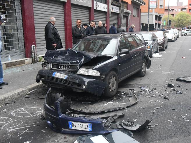Milano, in via Tartini sbanda in auto e distrugge vetture in sosta. Poi abbandona l'amico in coma