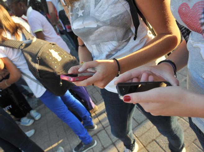 Sexting,  studenti sospesi per la chat. «Paghino». «No,  eccessivo»