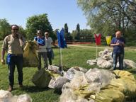 Milano, volontari al Parco delle Cave: tra i rifiuti anche un ordigno bellico