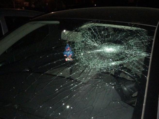 Nudo e armato di spranga sfascia auto, poi si lancia nel vuoto