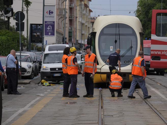 Sorpasso azzardato a tram,  fattorino di Just Eat perde gamba Foto
