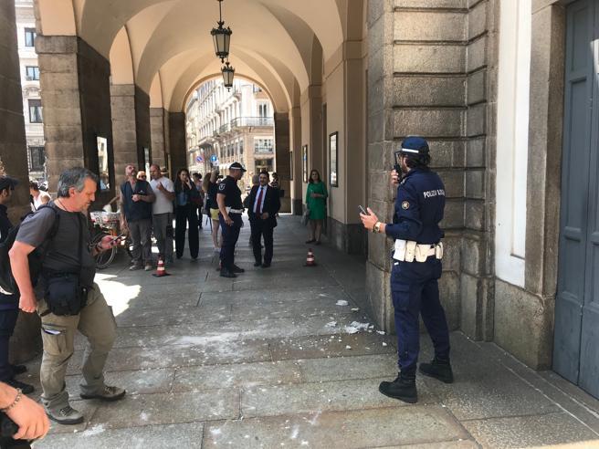 Milano, cadono calcinacci dalla volta: chiuso il porticato della Scala Foto