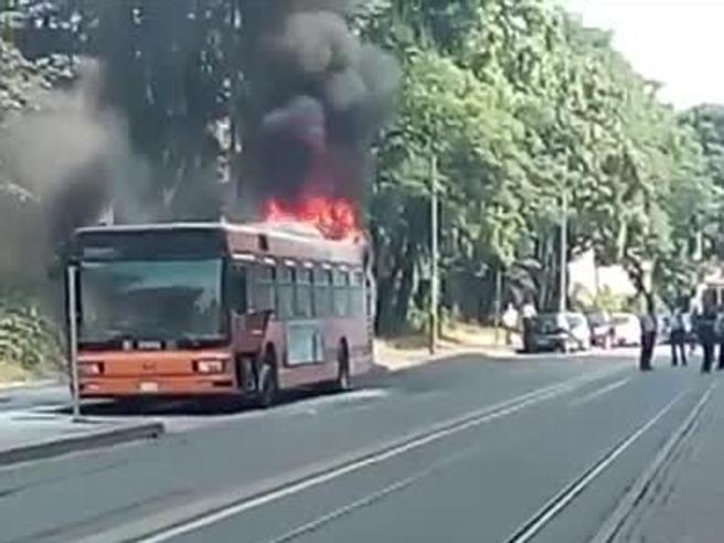 Autobus interurbano prende fuoco al capolinea a Lambrate Secondo caso in 5 giorni Foto