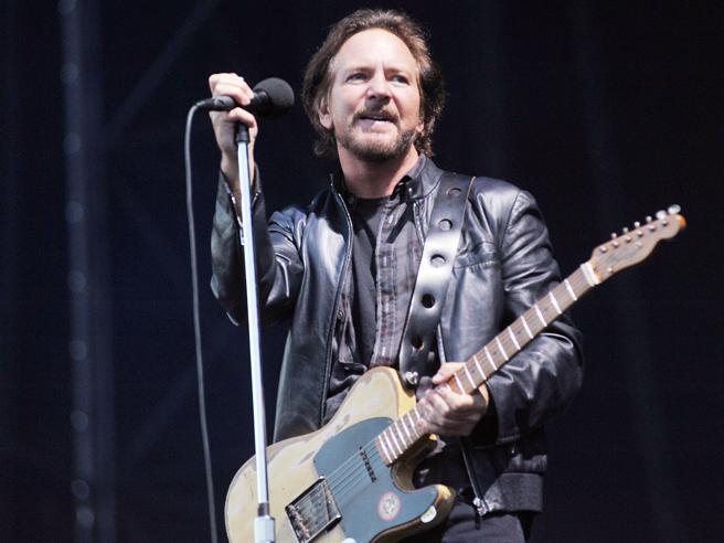 Milano, i Pearl Jam in concerto: cuore e rock'n'roll per i 60 mila degli IDays