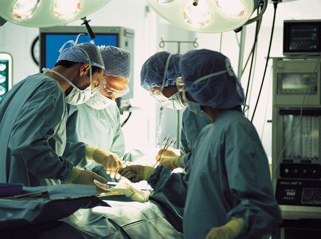 Milano, risarcita dopo 56 anni: i chirurghi le lasciarono un ago nell'addome