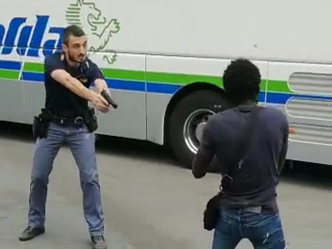 Urla e minaccearmato di coltelloPoliziotto riesce a bloccarlo Video