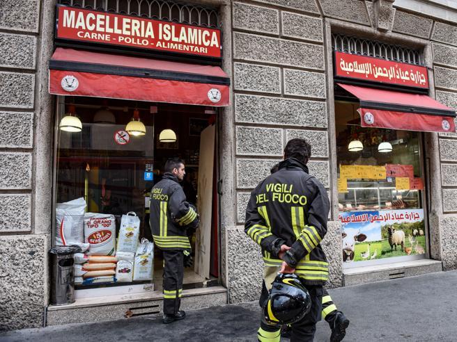 Cerca di bruciare un negozio e poi si dà fuoco: è in fin di vita  Foto
