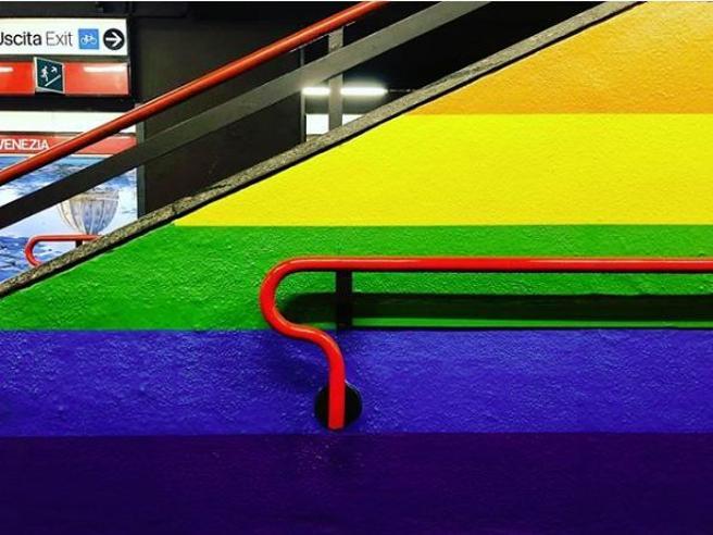 Milano, la stazione del metrò di Porta Venezia resta arcobaleno