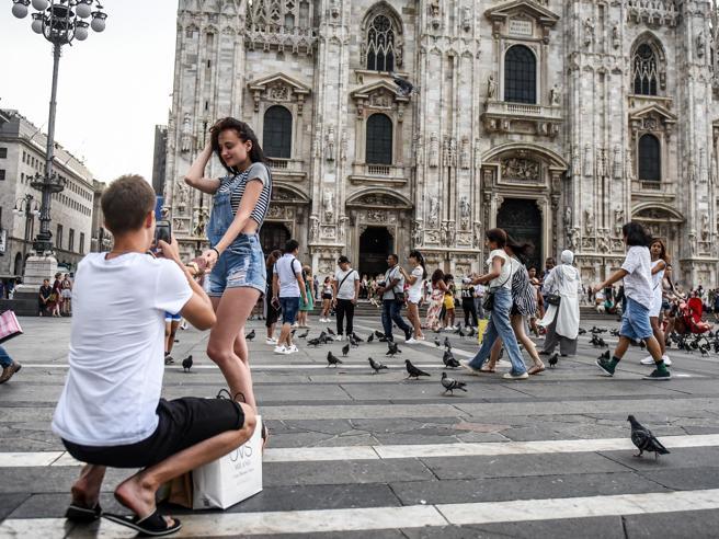 Milano, gli «Instagram boyfriend» invadono piazza Duomo