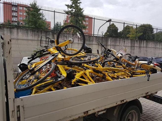 Bike sharing a Milano,  telefonata fa  recuperare 25 bici in un cortile