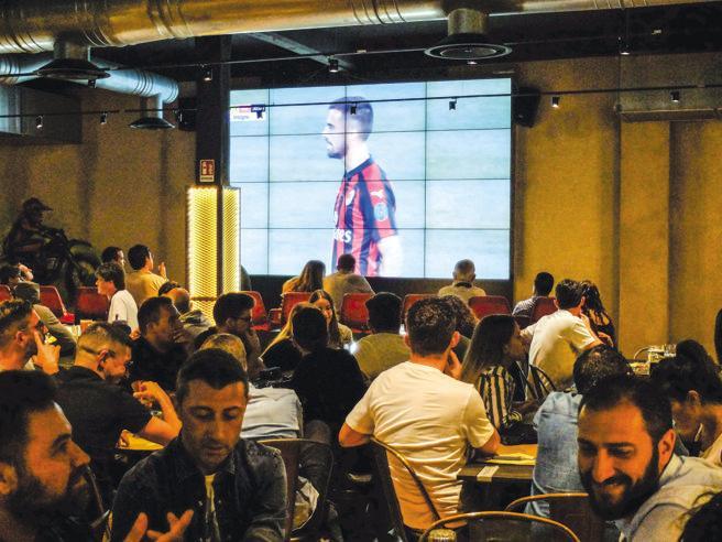 Milano, maxischermi e buona cucina: il ritorno al «bar sport»
