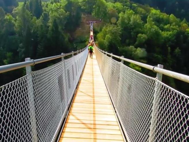 «Ponte nel cielo»,   si cammina   sospesi a 140 metri  Video|Foto