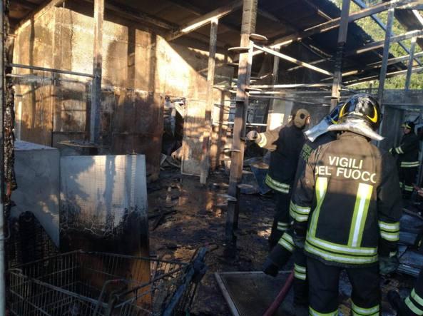 I vigili del fuoco al lavoro nella struttura di Rho andata in fiamme all'alba di giovedì