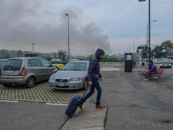 Rogo a Milano, aria irrespirabile e bruciori. L'Arpa: «Nessun pericolo»