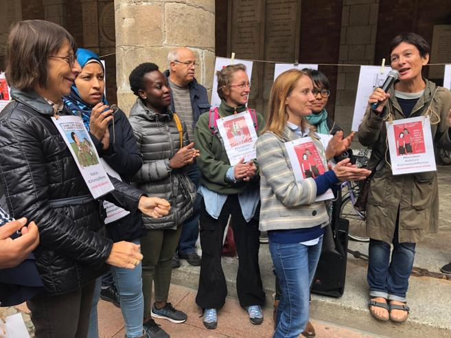 Lodi, i bimbi stranieri tornano in mensa con una  «colletta»  Video