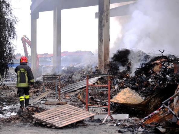 Milano, maxi incendio, in campo la Protezione civile: «Un pi