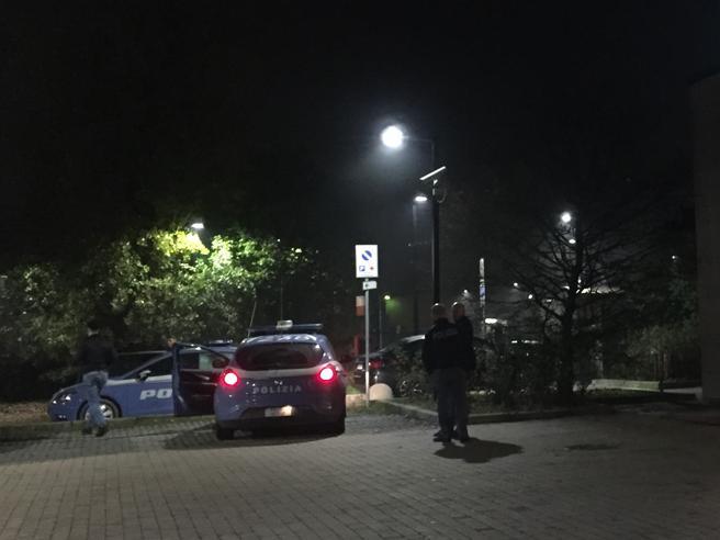 Baby rapinatori sparano contro la polizia, uno si ferisce: presi