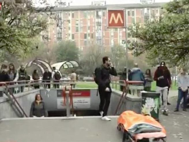 Milano, un altro metrò frena di colpo: quattro   passeggeri