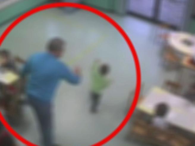 Milano, bambini picchiati e presi a calci: maestro d'asilo arrestato per maltrattamenti