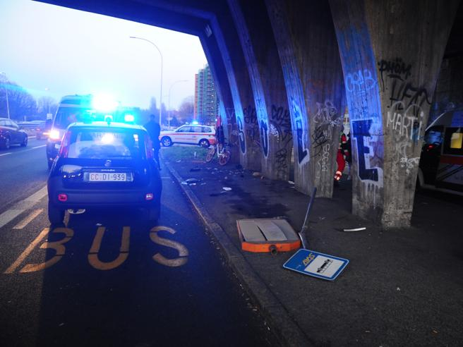 Suv piomba sulla  fermata del bus: 3 feriti,  un 23enne in fin di vita