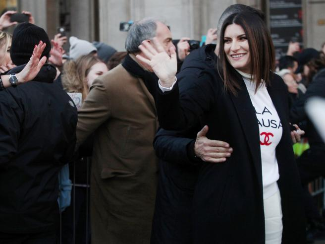 Milano, folla di fan in Duomo per Laura Pausini