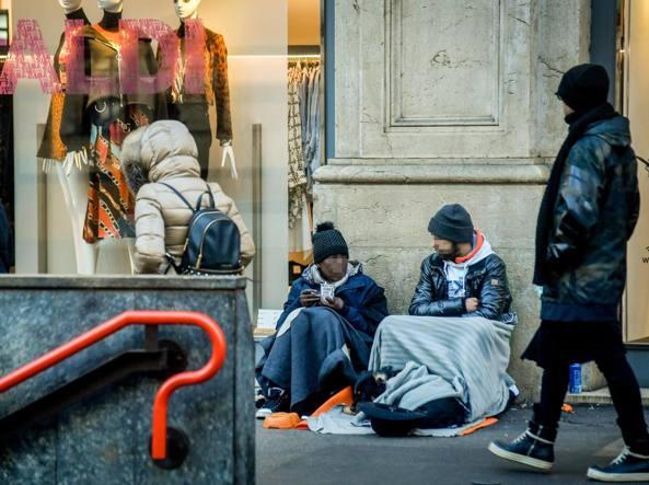 Tossicodipendenti in centro a Milano: con l'elemosina comprano le «mini dosi» di eroina (foto LaPresse)