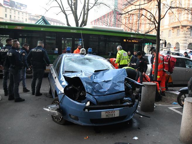 Milano, incidente piazzale Cadorna, autobus contro auto della polizia: due agenti feriti gravemente