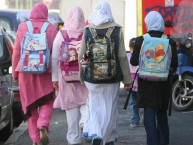 Sviene a scuola e si scopre che la madre islamica la picchia e la costringe al velo