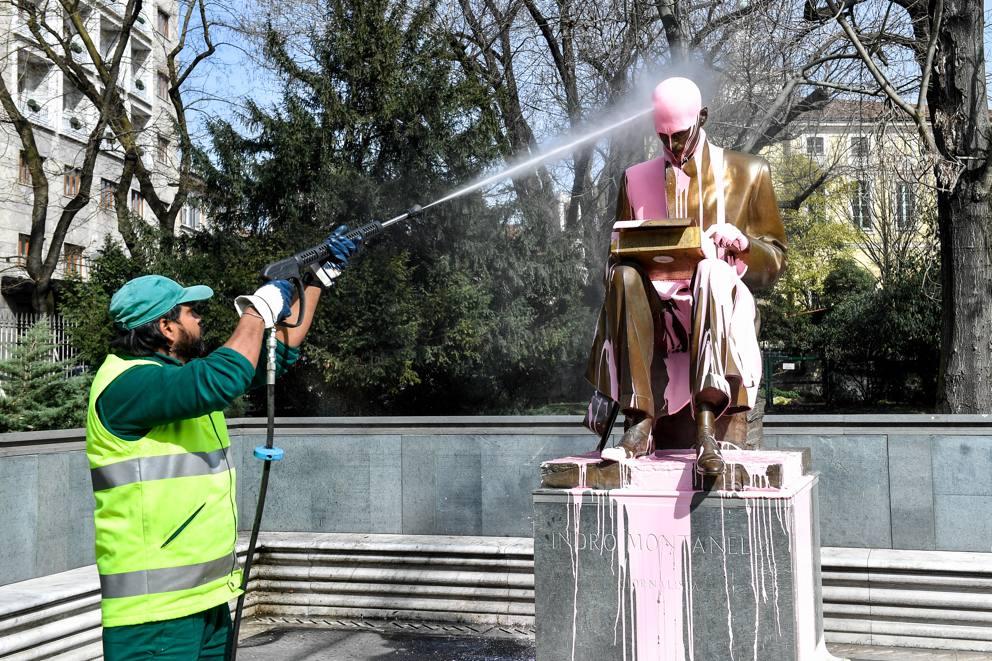 Milano, ripulita la statua di Montanelli imbrattata dalle femministe al corteo dell`8 marzo
