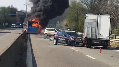 Поллез, водитель угонщика и поджигает автобус со школьными классами на борту