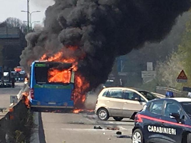 Milano, dirotta bus e gli dà fuoco: terrore per 51 studenti a  bordo. «Ha urlato basta morti nel Mediterraneo»